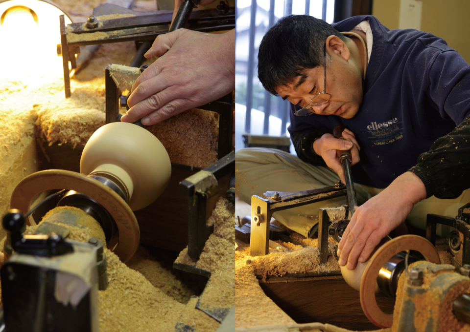 Left:Setting a wood block on a rokuro and shaping inside using a fine plane. Right:Shaping process goes on while checking not only by visibly but also from five senses monitoring gouging sounds and vibration on hands. This is the moment when all the experiences of craftsmen play critical role.