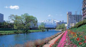 岩手県・北上川河畔と岩手山